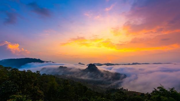 カラフルな空と霧のジャボ視点、メーホンソン、タイ