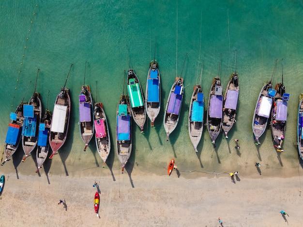 クラビ、タイのビーチでロングテールボートの空撮
