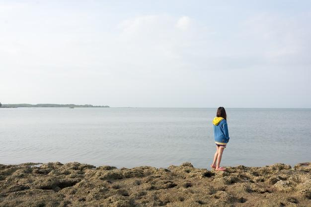ビーチに立っている女の子