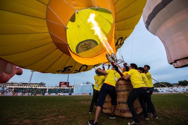 タイのソンクラー、ハートヤイで風船を引き上げる男性の多く