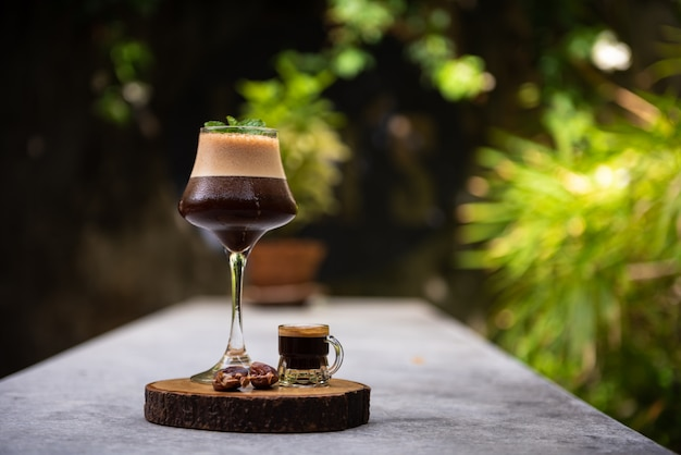 テーブルの上のフェニックスジュースと混合アイスコーヒー