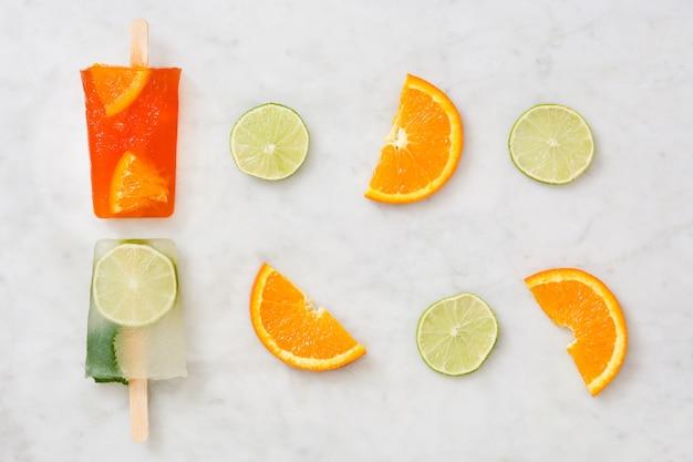 大理石のオレンジとライムのアイスキャンディーフルーツ
