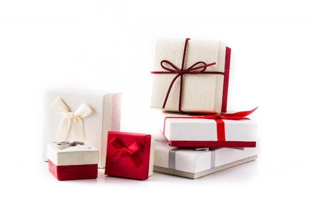 白で隔離されるいくつかのギフトボックス。クリスマスや誕生日のお祝いのコンセプト。