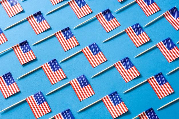 Сша флаги на синем фоне