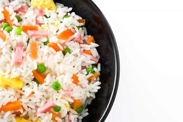 Китайский жареный рис с овощами и омлетом на белом фоне