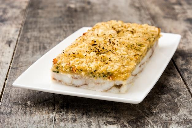 Запеканка из белой рыбы с сыром на деревянный.