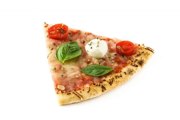トマト、チーズ、バジルを白で隔離されるイタリアのピザのスライス