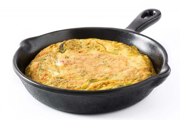 鉄鍋に卵と野菜で作ったフリッタータ