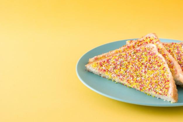 黄色の背景コピースペースに伝統的なオーストラリアの妖精パン