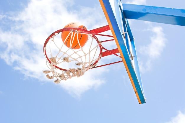 フープでダンクバスケットボール