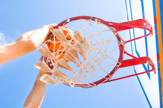 通りでバスケットボールをする人をクローズアップ