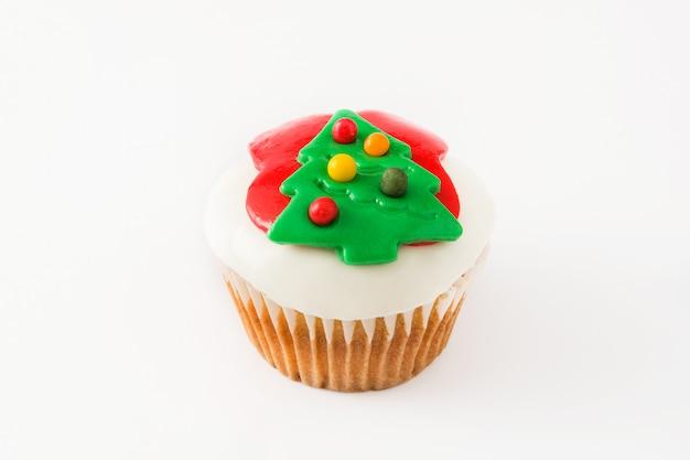 Рождественский кекс на белом фоне