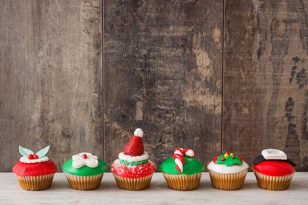 Рождественские кексы на деревянный стол