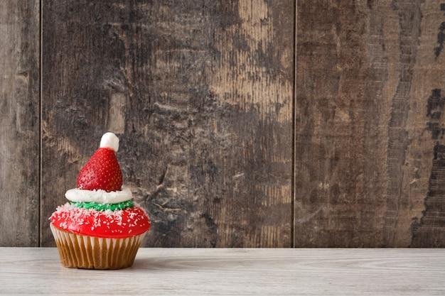 Санта шляпа кекс на деревянный стол