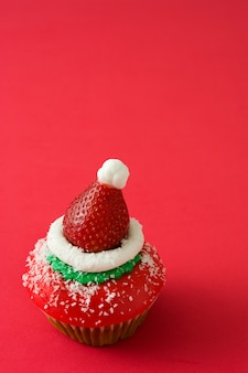 Рождественский колпак санта-клауса на красном фоне