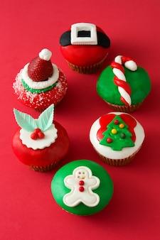 Рождественские кексы на красном фоне