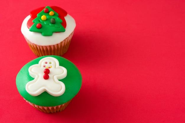 Рождественские кексы на красном фоне копией пространства