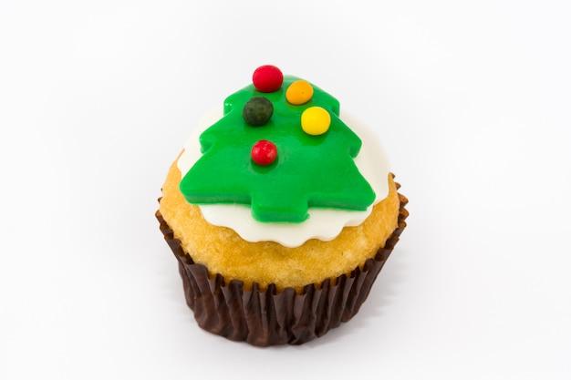 Рождественский кекс с елкой на белом фоне