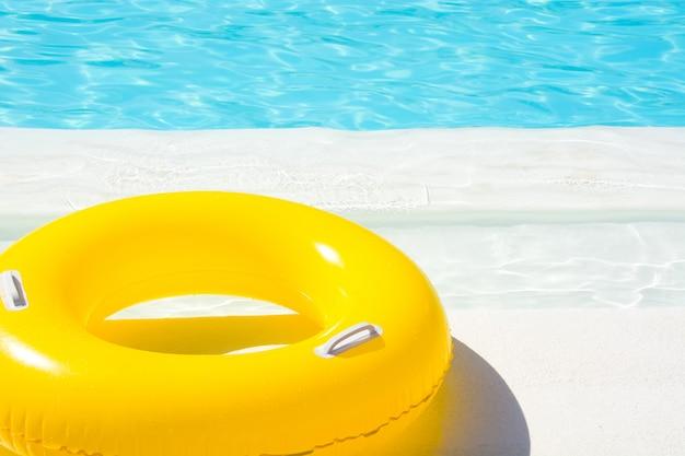 Желтая линия жизни рядом с бассейном