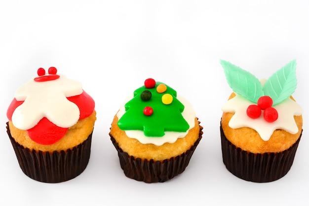 Рождественские кексы на белом фоне