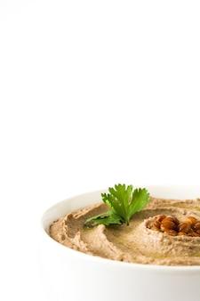 ボウルに白いコピースペースで分離されたレンズ豆フムス