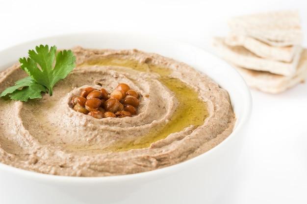 Чечевица хумус и лаваш, изолированные на белом фоне