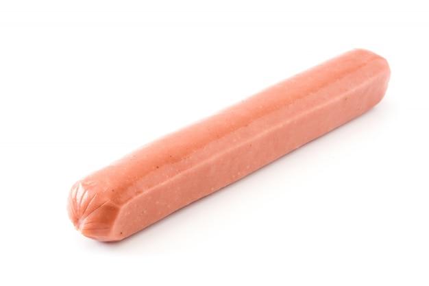 Сырые колбасы крупным планом на белом фоне