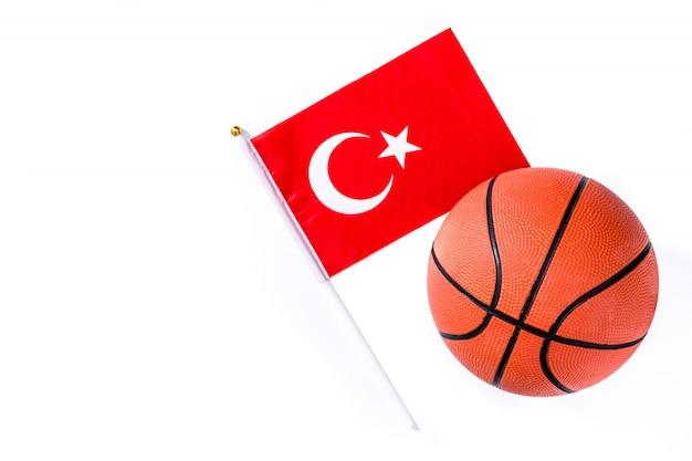 Баскетбол и флаг турции на белом фоне