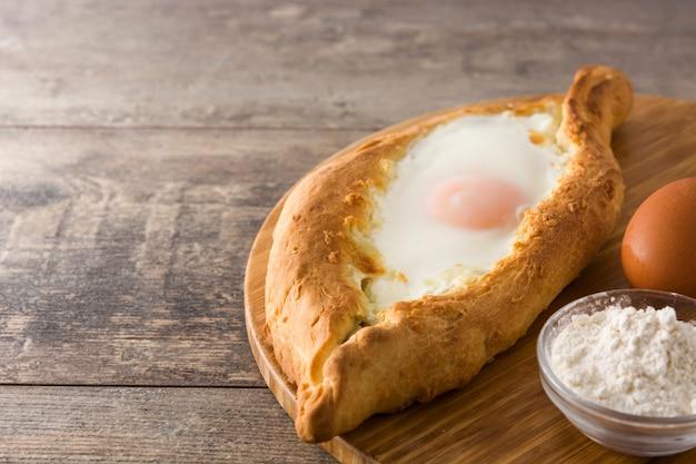 伝統的なアジャーリアングルジアハチャプリとチーズと卵