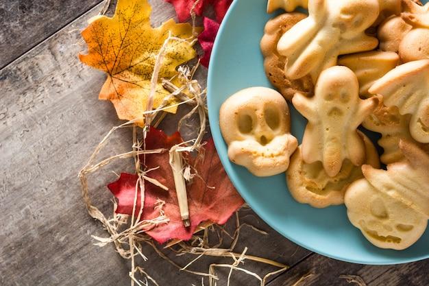 Домашнее печенье хэллоуин на деревянный стол. вид сверху. копировать пространство