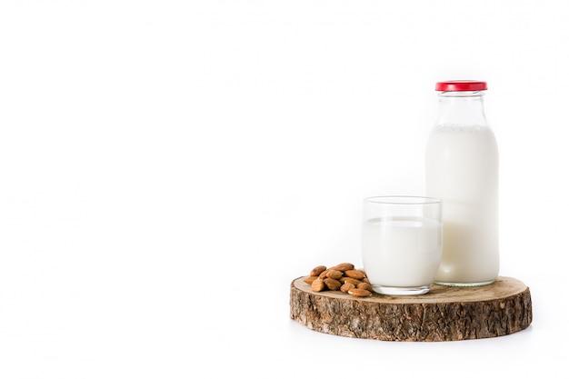 Миндальное молоко в бутылке на белом