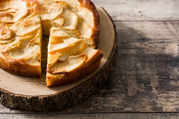 木製のテーブルに自家製アップルパイ
