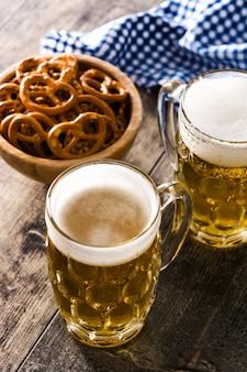 オクトーバーフェストビールと木製のテーブルのプレッツェル