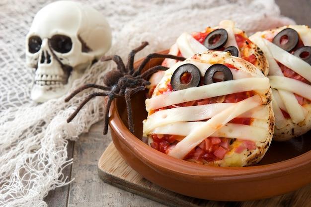 ハロウィーンのミイラのミニピザをクローズアップ