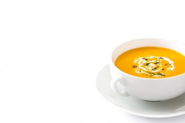 Закройте вверх на супе тыквы в белом изолированном шаре