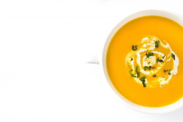 Вид сверху на тыквенный суп в белом миску изолированы