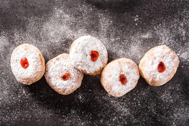 ハヌカ・スフガニヨット。ハヌカトップビューの伝統的なユダヤ人のドーナツ