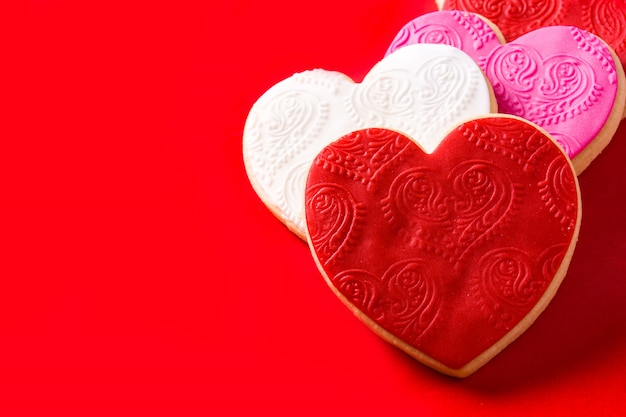 Печенье в форме сердца на день святого валентина на красном фоне