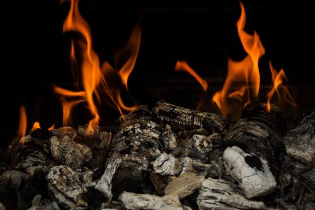 燃える木炭の背景。バーベキューの準備。
