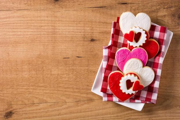 Печенье в форме сердца на день святого валентина на деревянном, копией пространства
