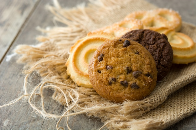 木製テーブルの上の各種バタークッキー