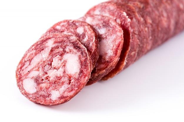 白で隔離冷たい肉チョリソーソーセージスライス