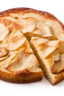 Домашний ломтик яблочного пирога на белом фоне