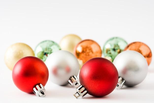 白で隔離されるカラフルなクリスマスボール