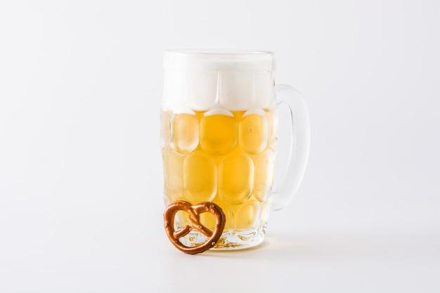 オクトーバーフェストビールと白い背景で隔離のプレッツェル