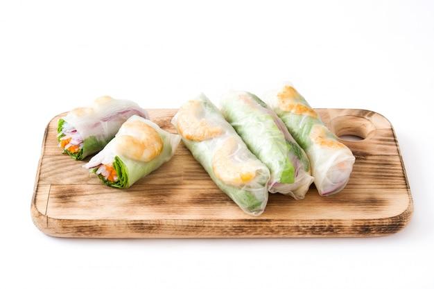 Вьетнамские роллы с овощами, рисовой лапшой и креветками со сладким соусом чили на белой поверхности
