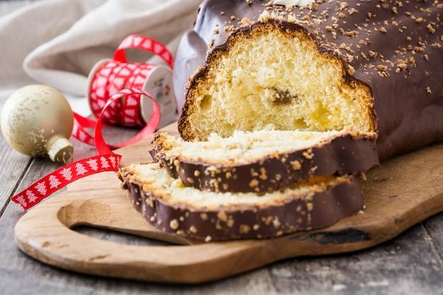Шоколадный рождественский торт на бревне