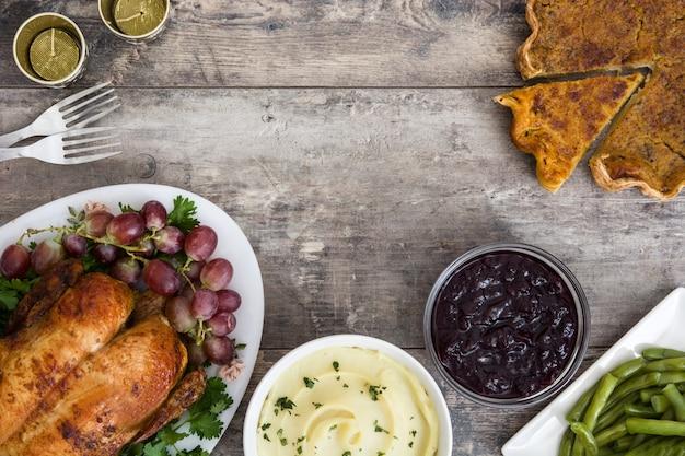 素朴な木製の背景に感謝祭の七面鳥。上面図。コピースペース。伝統的な感謝祭のディナー。