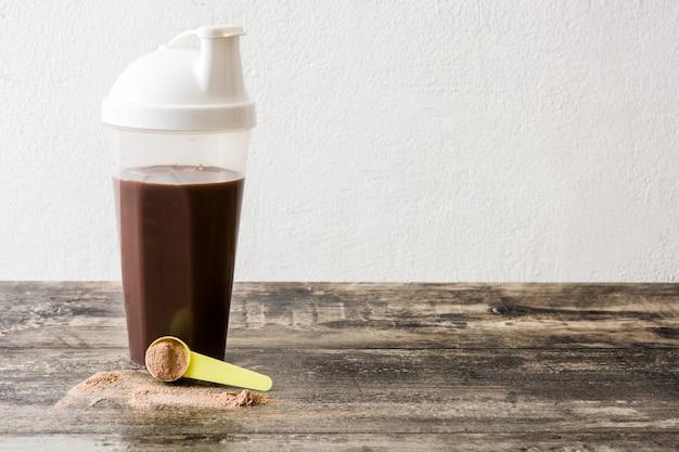 Шоколадный протеиновый коктейль на деревянном столе