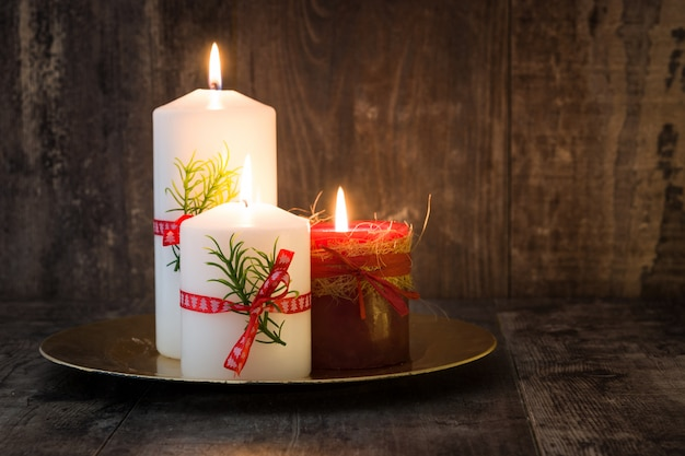 Красная рождественская свеча и рождественские украшения